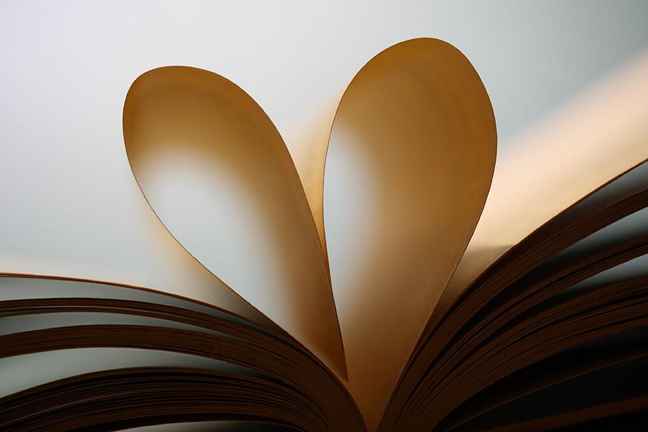Kirjan sivujen muodostama sydän